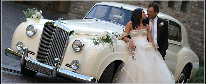 Oggi il lusso è di moda. Se un tempo si giungeva in chiesa a bordo di carrozze fiabesche trainate da cavalli bianchi, al giorno d'oggi gli sposi preferiscono automobili superpotenti...