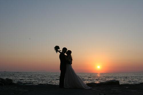 Ritorna in voga una tradizione del tutto ottocentesca: sposarsi al tramonto… Antiche leggende narrano che celebrare il matrimonio verso sera è causa di sfortuna; gli spiriti maligni che si aggirano...