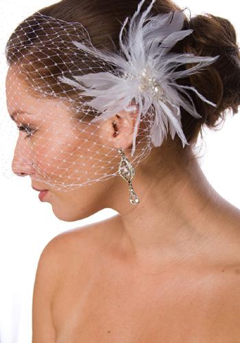 Molte sono le future spose che cercano risposta all'interrogativo: veletta sì o veletta no? Sembra infatti incombente il ritorno di quest'accessorio un po' retrò , grazie alla regina del burlesque...
